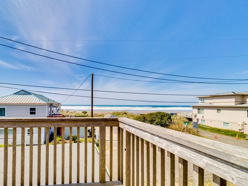 Charming, spacious home w/ wood fireplace & ocean views - 1 min walk to beach!, holiday rental in Garibaldi