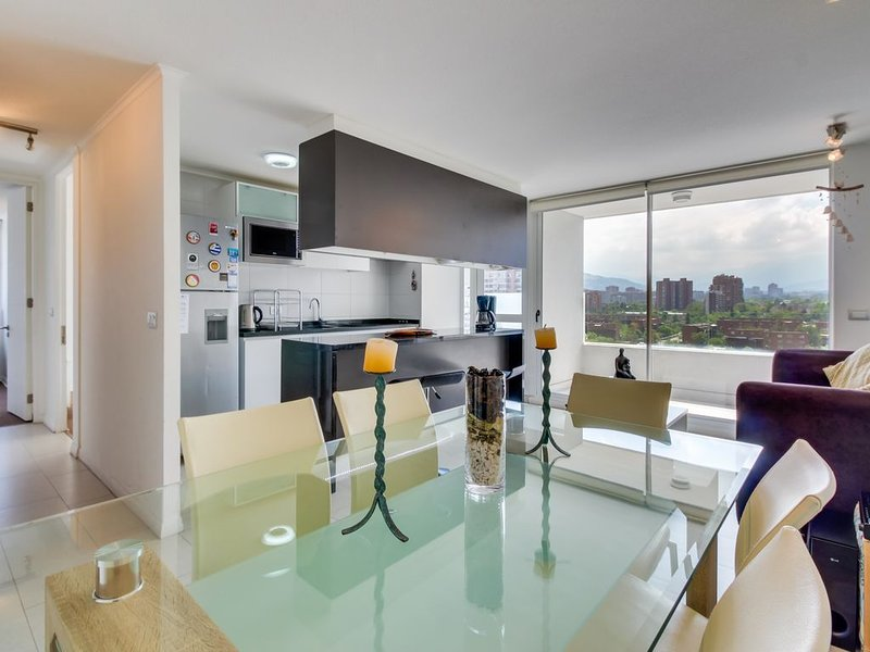 Stylish Las Condes apartment with a shared pool. Walk everywhere!, holiday rental in Santiago