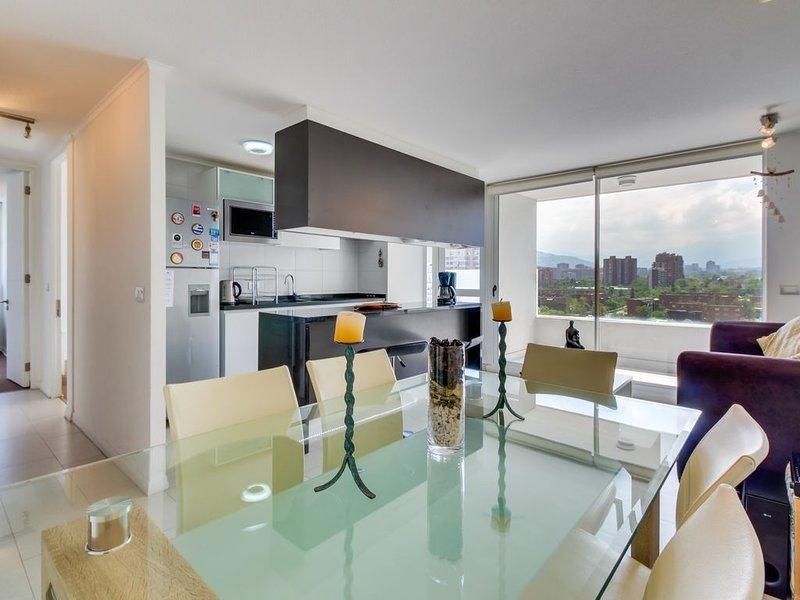 Stylish Las Condes apartment with a shared pool. Walk everywhere!, alquiler de vacaciones en Santiago