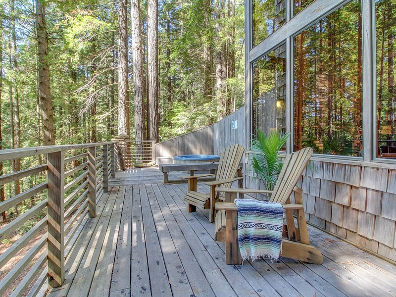 Romantic woodland home w/ private hot tub, deck & gorgeous forest/ocean views!, alquiler de vacaciones en Gualala