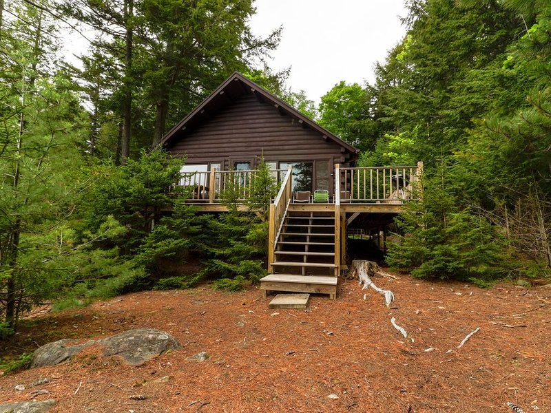 Waterfront cabin w/ amazing views from the deck & lake access - Dogs welcome!, aluguéis de temporada em Kokadjo
