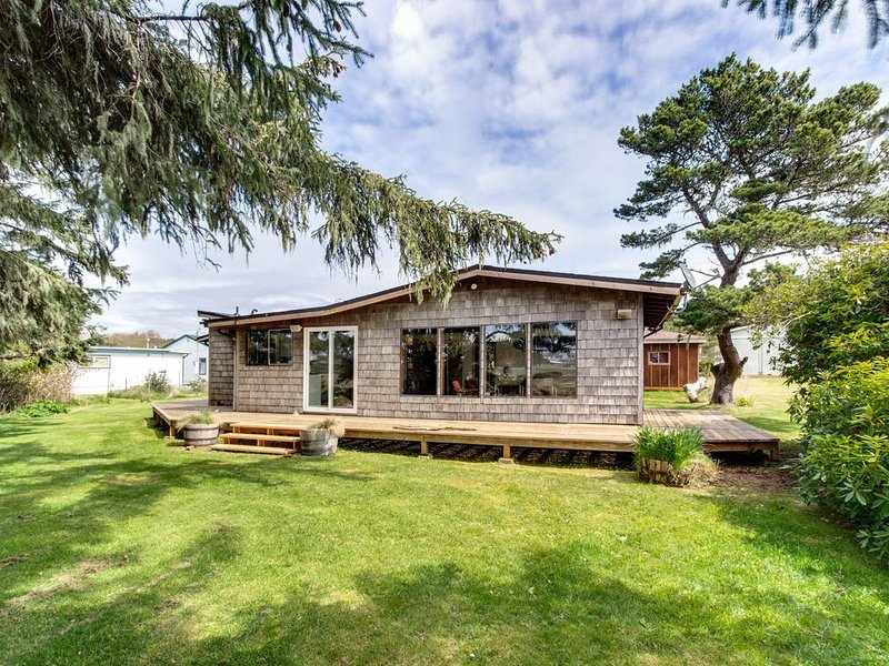 Cozy getaway on the Nestucca River, close to restaurants, 1/2-mile to beach!, vacation rental in Cloverdale