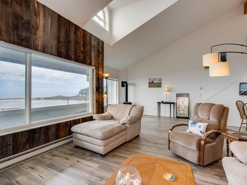 Dog-friendly, waterfront loft w/ seawall & ocean views - one block to the harbor, holiday rental in Otter Rock