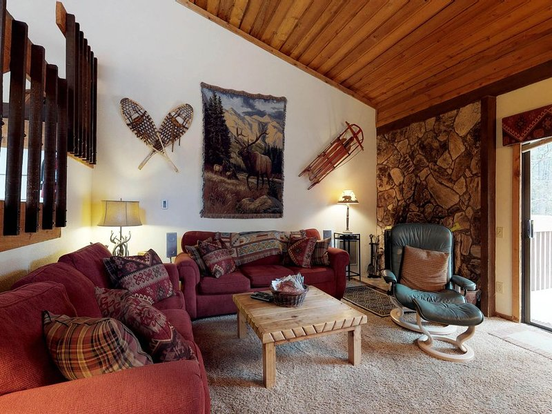 Spacious condo w/ shared pool & hot tub - close to Huntington Lake & China Peak, alquiler de vacaciones en Lakeshore