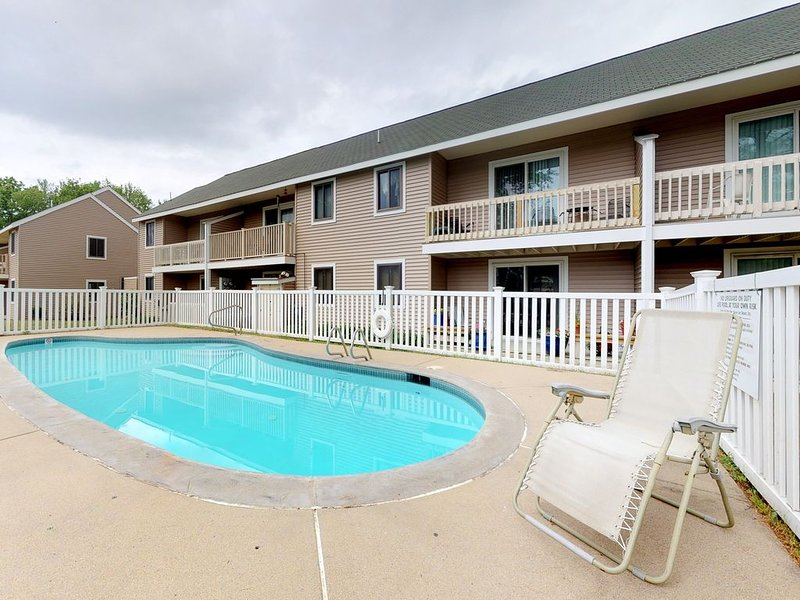 Mountain view condo w/ balcony & shared pool - ideal for skiing, shopping, more!, holiday rental in Intervale