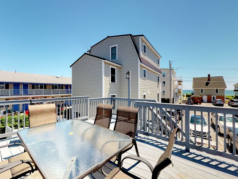 Charming home w/ rooftop deck & partial ocean view - 75 yards to the beach!, alquiler de vacaciones en Old Orchard Beach