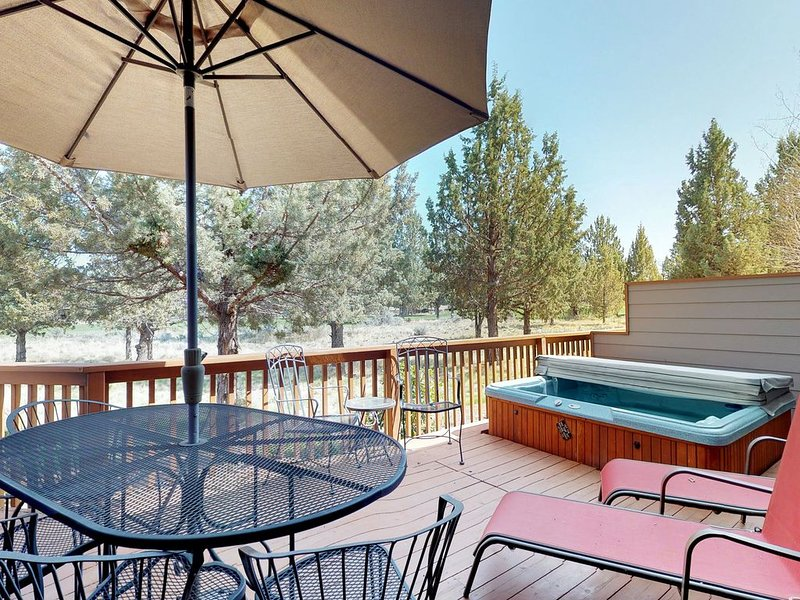 Family-friendly townhouse w/private hot tub, shared pool & tennis, holiday rental in Crooked River Ranch