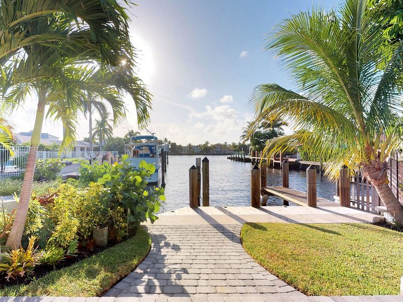 Sunny, waterfront home w/ a private pool, furnished patio, & boat slip, aluguéis de temporada em Fort Lauderdale