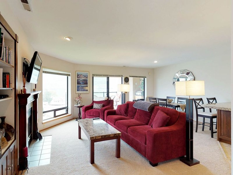 Beautiful condo w/shared pools, hot tub, tennis courts - near lake!, holiday rental in Chelan