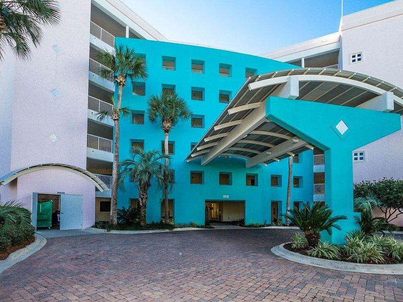 La animada entrada a Destin West Beach and Bay Resort (se muestra la entrada junto a la playa).