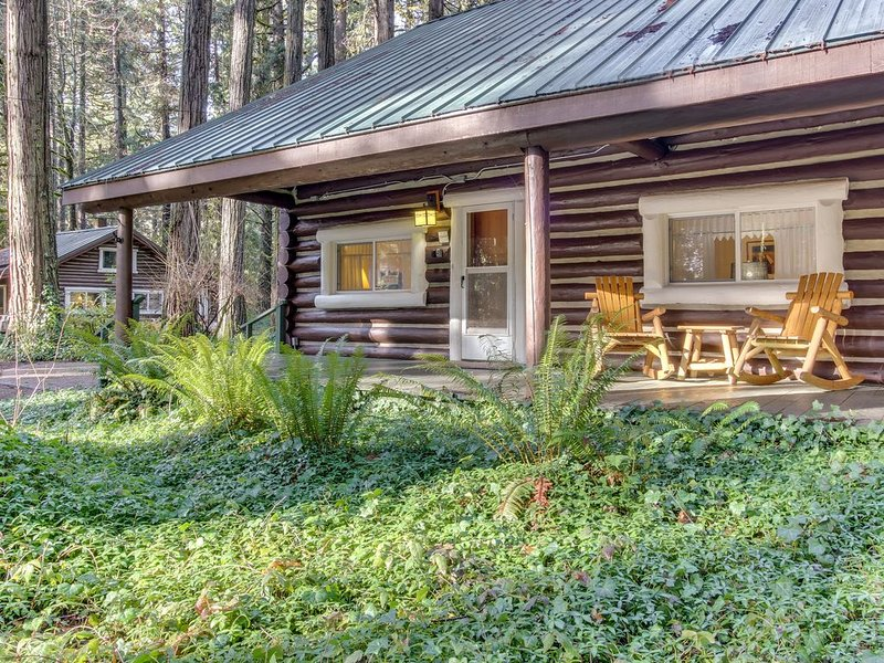 Restored log cabin w/ classic porch - near river, trails, hot springs, & more, alquiler de vacaciones en McKenzie Bridge
