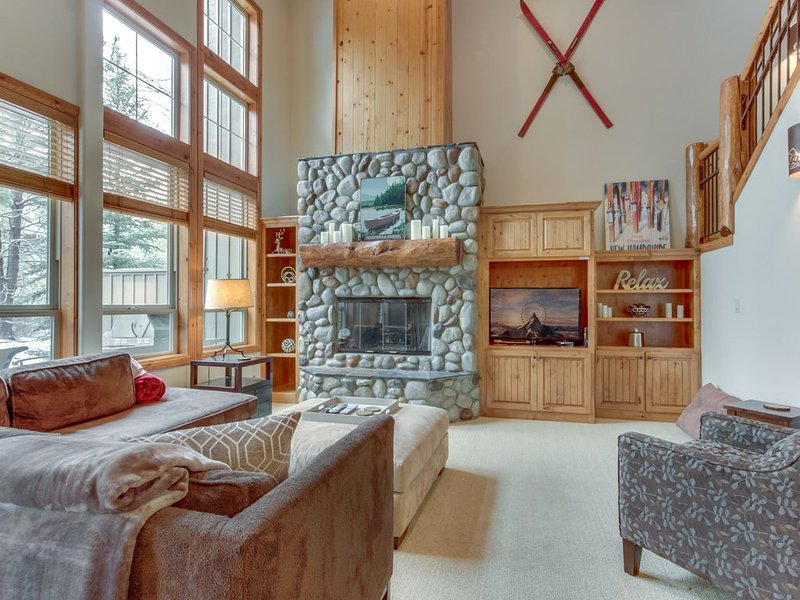 Comfortable lodge w/ private hot tub & shared pool - SHARC passes included!, location de vacances à Central Oregon