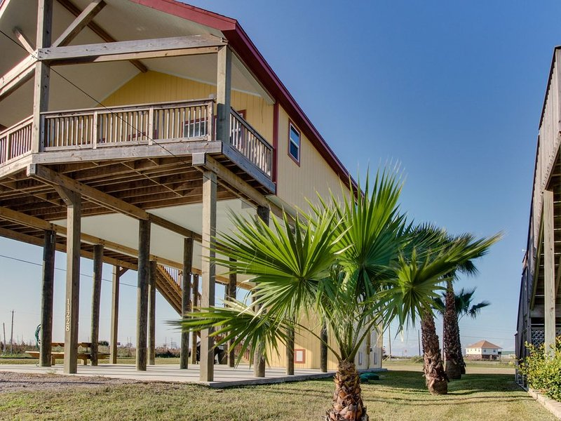 Dog-friendly Galveston Island getaway w/ ocean views, walking distance to beach, holiday rental in Bayou Vista