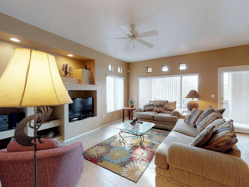 Comfy, Southwestern-themed condo with shared pool & hot tub!, location de vacances à Oro Valley