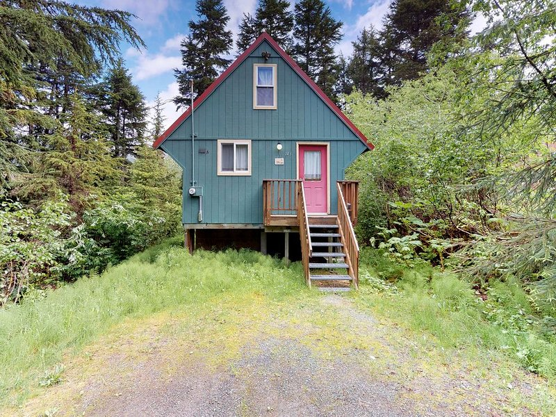 Cozy cabin with private hot tub, quiet location blocks from the resort & trails, alquiler de vacaciones en Girdwood