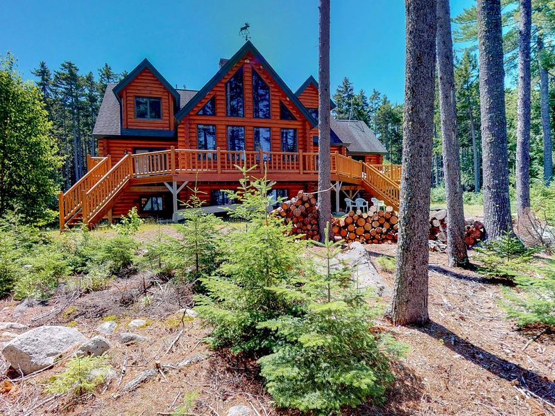 Secluded, lakefront log home w/ panoramic lake & mtn views - gourmet kitchen!, aluguéis de temporada em Kokadjo