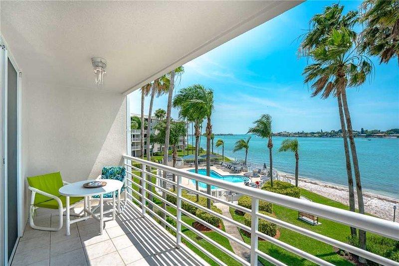 Bahia Vista 8-314, 2 Bedroom, Heated Pool, Spa, WiFi, Sleeps 6, holiday rental in Tierra Verde
