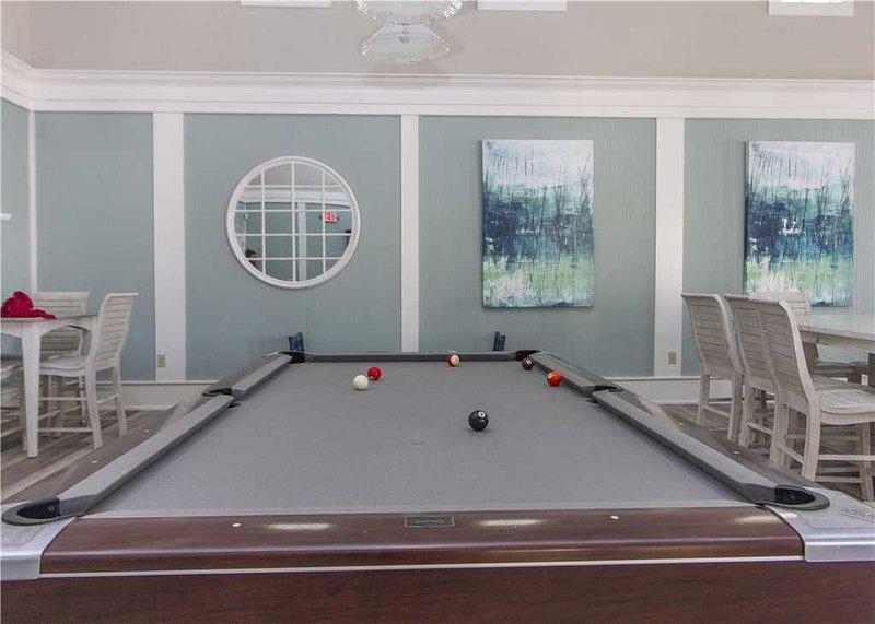 ¡Agárrelos! - ¡Disfruta de un tranquilo juego de billar con amigos y familiares en la sala de juegos Cinnamon Beach Club House! ¡Que gane la mejor persona!