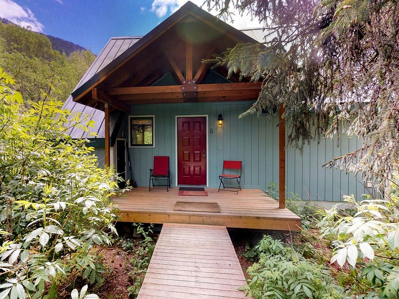 Cozy chalet w/private hot tub & views-walk to slopes, dogs welcome, holiday rental in Girdwood