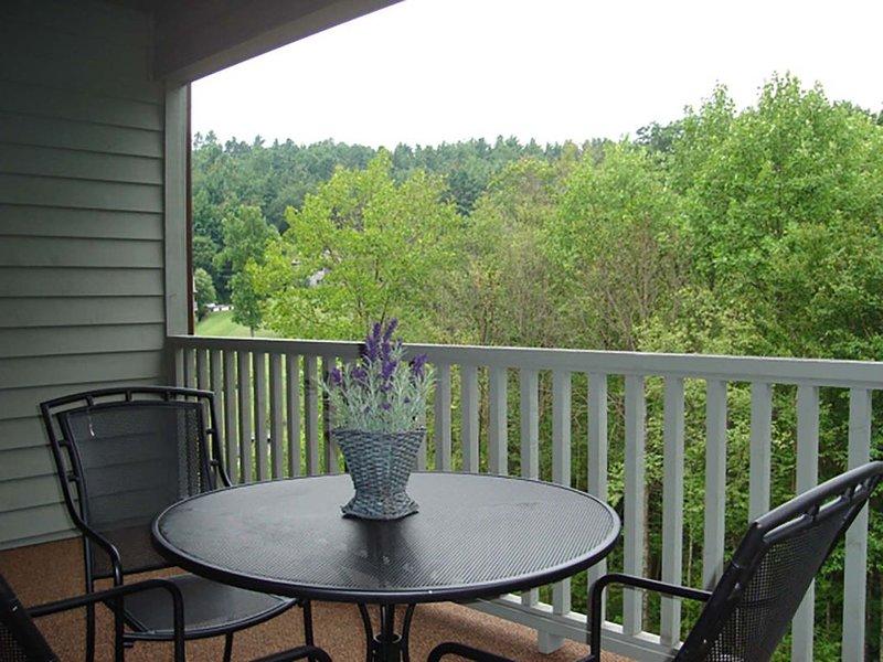 Patio avec table et chaises