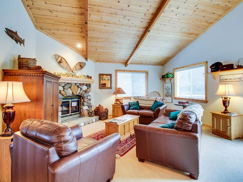 Comfortable home w/ valley views - easy access to year-round outdoor activities – semesterbostad i Tahoe Vista