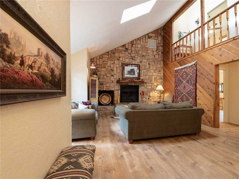 Lehr's Lair, 5 Bedrooms, WiFi, Fireplace, Gas Grill, Sleeps 14, holiday rental in Ruidoso Downs