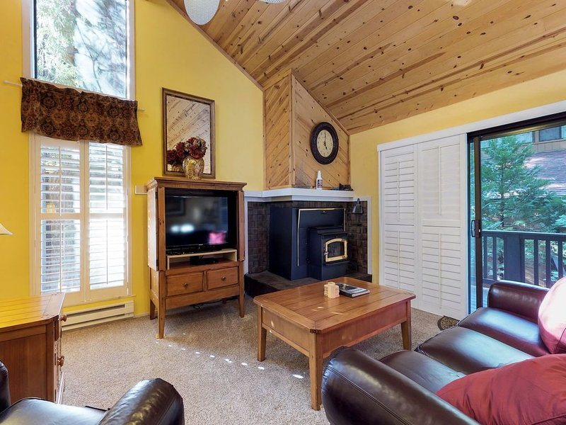 Peaceful mountain condo w/ shared pools & hot tubs - 2 miles from Shaver Lake!, vacation rental in Shaver Lake
