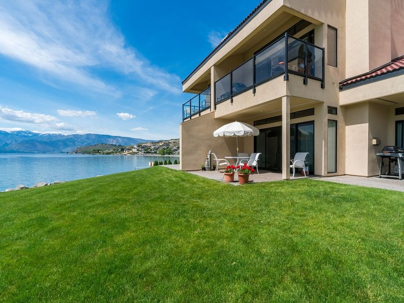 Lakefront condo w/ dock features shared hot tub, pool, and more!, holiday rental in Chelan