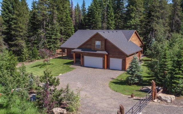 REMOTE CABIN WITH HOT TUB AND MOVIE THEATER, alquiler vacacional en Donnelly