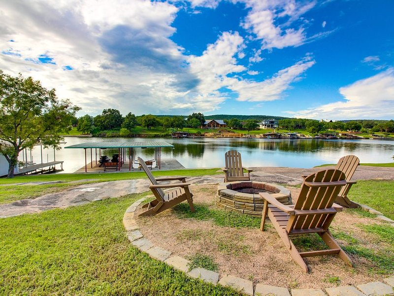 Renovated waterfront home w/ lake views, dock & boat lift - dogs OK!, alquiler vacacional en Burnet