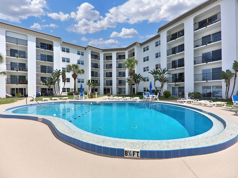 Beachview condo with shared pool & hot tub - walk to the beach!, casa vacanza a South Daytona