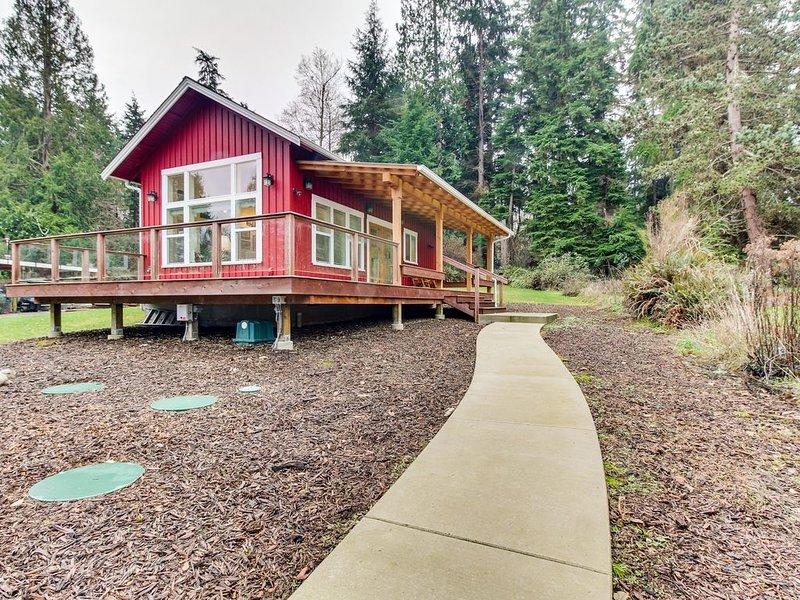 Eco-friendly tiny home w/wrap-around deck, garden, private beach & lovely views!, location de vacances à Langley