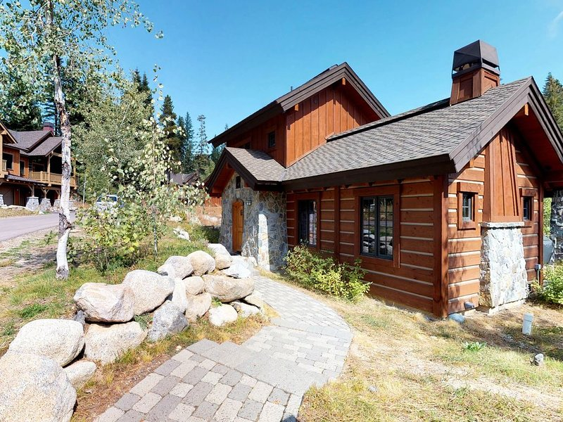 Modern ski-in/ski-out cottage w/gas grill & outdoor fire with log seats!, alquiler vacacional en Donnelly