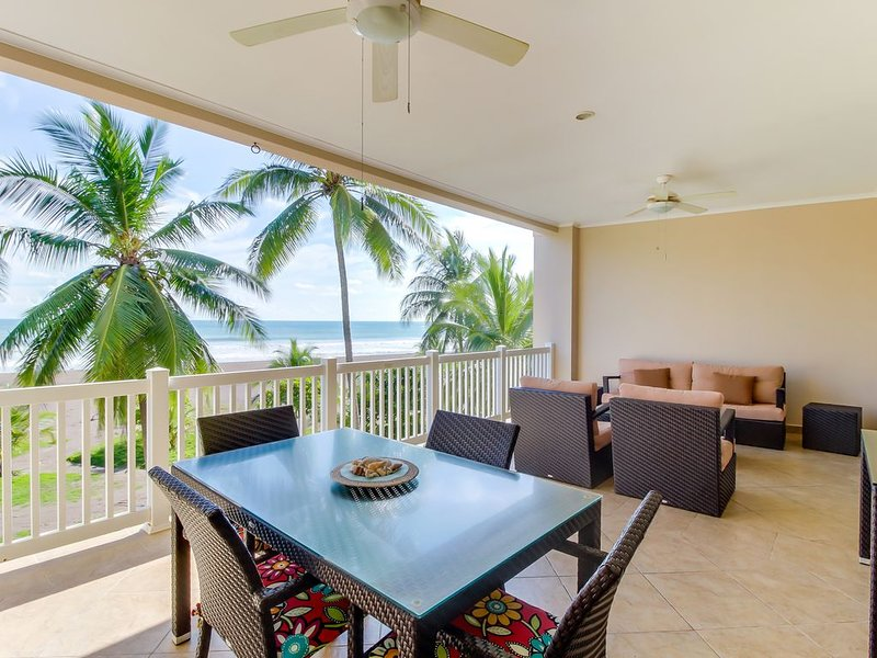 Oceanfront condo with sweeping beach views, private balcony & shared pool, aluguéis de temporada em Jaco