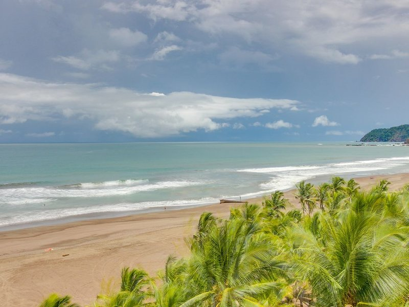 Luxurious seaside condo on the beach w/ shared pool - views from private patio!, location de vacances à Jaco