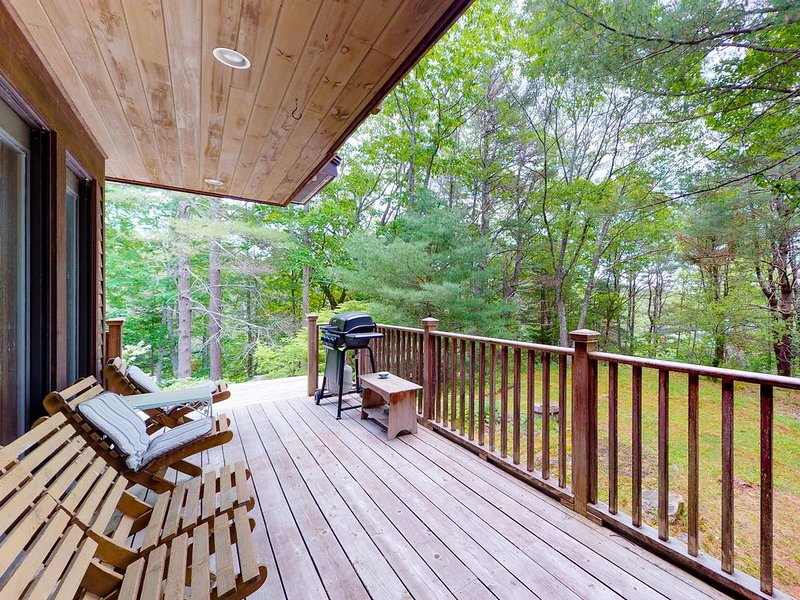 Woodland home w/ deck, balcony & lake view - dogs OK, close to downtown!, aluguéis de temporada em Boothbay Harbor