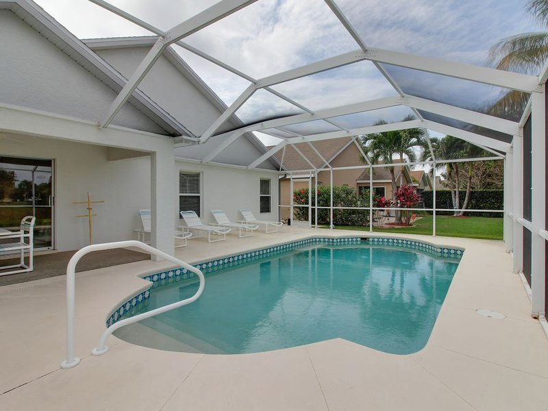 Quiet Fort Myers getaway w/ private, screened-in pool; close to beaches & golf, alquiler de vacaciones en Fort Myers