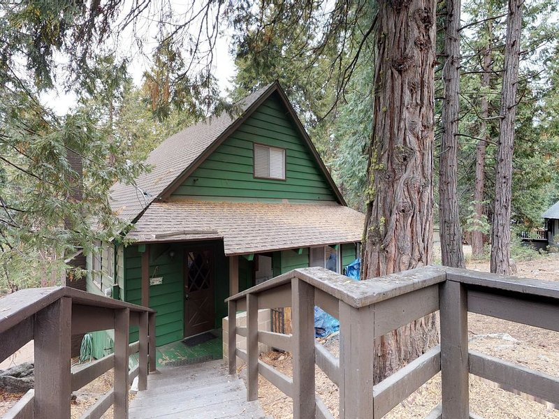 Cute, dog-friendly cabin in tranquil wooded setting, your own private snow park!, alquiler de vacaciones en Shaver Lake