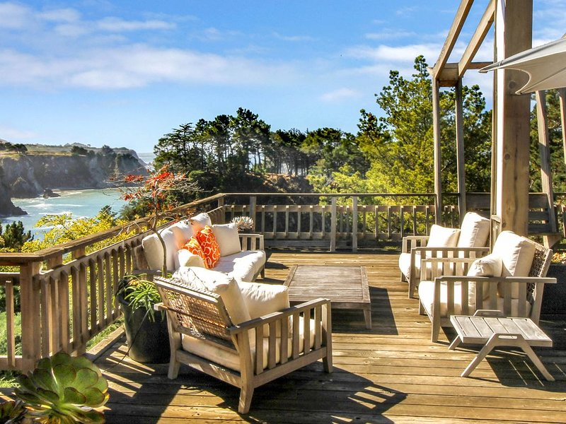 Oceanfront stunner w/ deck, veranda & incredible views - close to beaches!, alquiler de vacaciones en Elk