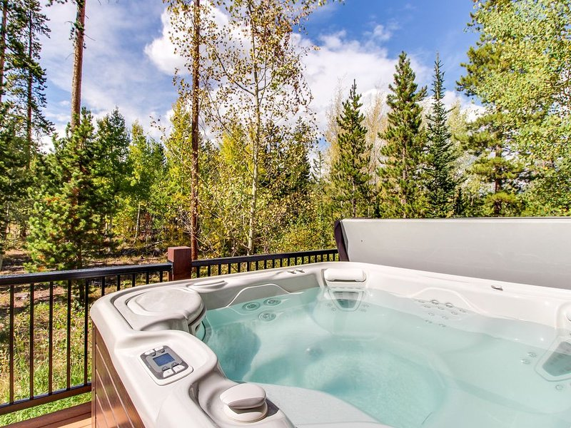 Gorgeous mountain home w/ views, private hot tub, & sauna - close to the slopes!, alquiler de vacaciones en Silverthorne