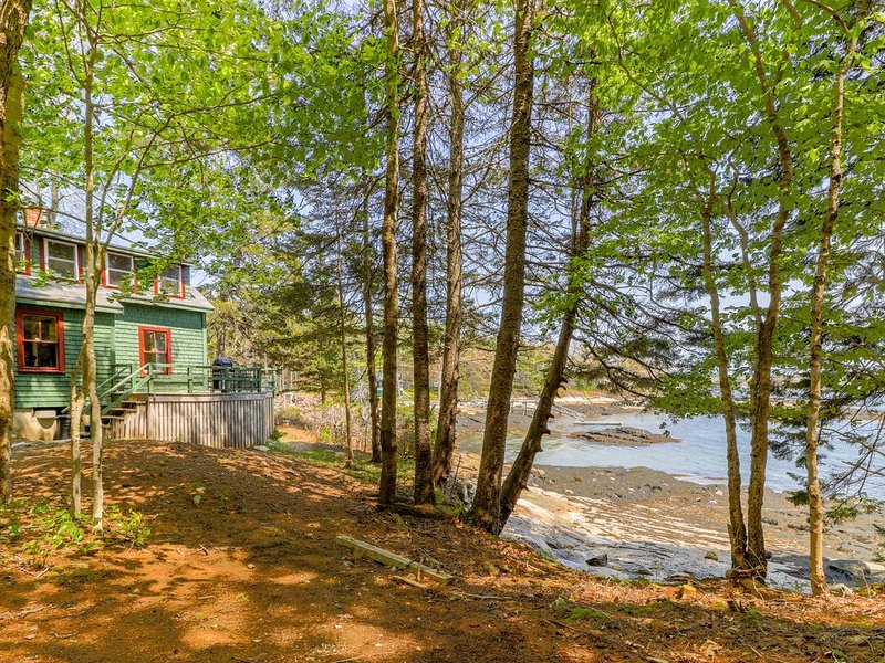 Rustic bayfront cottage with fantastic views - just minutes to downtown!, aluguéis de temporada em Boothbay Harbor