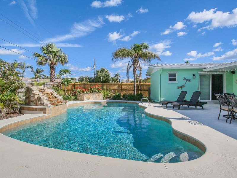 Bright dog-friendly home w/ private pool & enclosed yard - walk to the beach, alquiler de vacaciones en Indian Harbour Beach