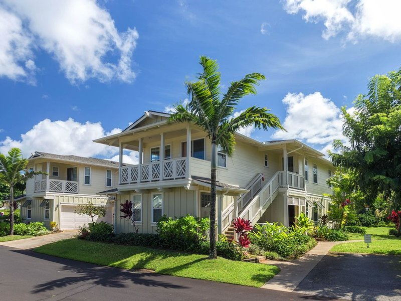 Beautiful townhouse w/ shared hot tub & pools - walk to the beach!, holiday rental in Princeville