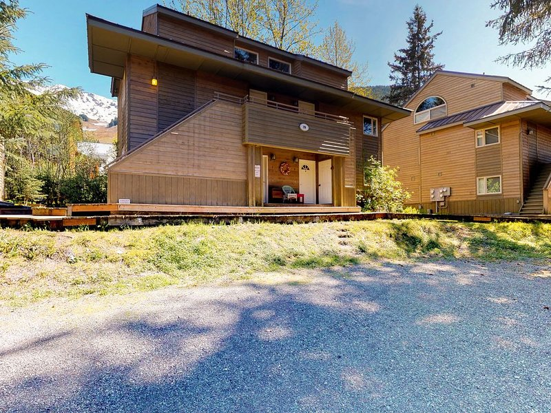 Fully-equipped condo features great location near skiing and more, holiday rental in Whittier