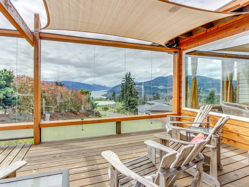 Gorgeous home w/private hot tub, Columbia River Gorge views & deck, holiday rental in White Salmon