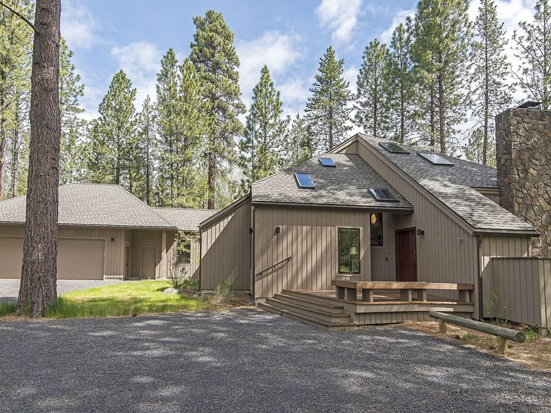 GH #115  Newly Remodeled with Amazing, Updated Decor on the 18th Fairway., holiday rental in Black Butte Ranch