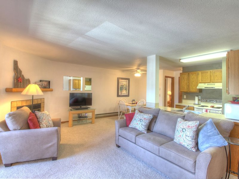 CLEAN COMFORTABLE CONDO CLOSE TO DOWNTOWN AND PAYETTE LAKE, holiday rental in McCall