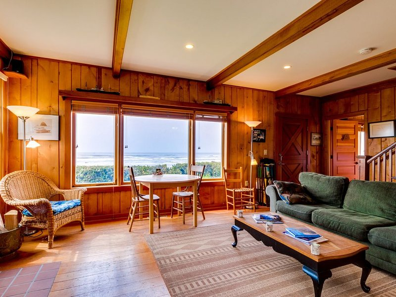 A cozy Cape Cod oceanfront house w/ sweeping ocean views - steps from the beach, aluguéis de temporada em Cannon Beach