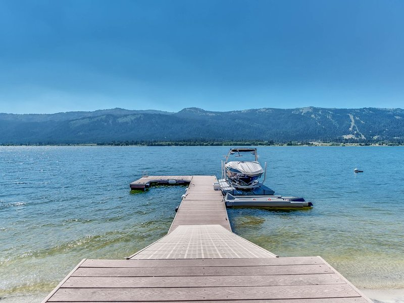 Spacious lakefront home w/private docks, beach, modern perks, alquiler vacacional en Donnelly