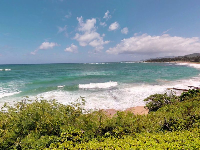 Waterfront condo for two with breathtaking beach views, lanai, and shared pool, alquiler de vacaciones en Kapaa